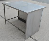 Arbeidsbenk i rustfritt stål, 128cm bredde, 102cm dybde, 92cm høyde, pent brukt