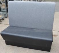 Sittebenk / restaurantmøbel i sort kunstskinn / grått stoff rygg, 120cm bredde, 2 sitteplasser, brukt