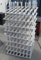 Stort stativ for vinflasker / vinrack i lysbeiset treverk, plass til mange flasker, for restaurant / vinkjeller, pent brukt
