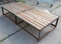 Benk for uteservering / balkong i stål / treverk, 148cm bredde, 71cm dybde, pent brukt