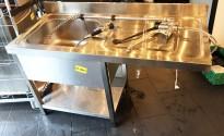 Arbeidsbenk i rustfritt stål 140cm b, 60cm d, 87,5cm h, med spyledusj og kum, pent brukt