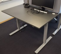 Kompakt, elektisk hevsenk skrivebord 120x80cm i grått, pent brukt