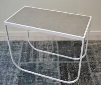 Lekkert loungebord i hvitt med bordplate i stein fra Asplund, modell Tati, 63x33cm, høyde 51cm, pent brukt