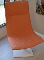Loungestol, Arper Catifa 60, oransjemønstret stoff, hvitt understell, pent brukt