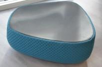 Loungemøbel, puff 1seter i blått stoff med topp i sort skinn, Moroso Fjord, Design: Patricia Urquiola, pent brukt