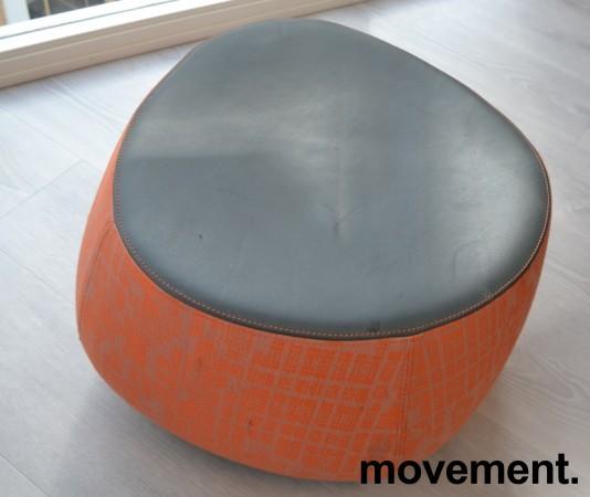 Loungemøbel, liten puff i oransjemønstret stoff med topp i sort skinn, Moroso Fjord, Design: Patricia Urquiola, pent brukt bilde 2