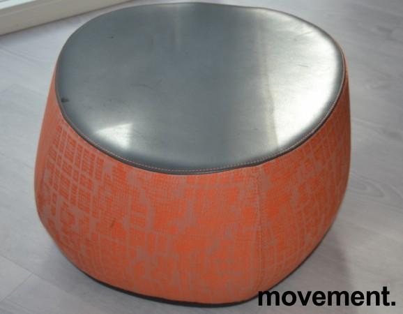 Loungemøbel, liten puff i oransjemønstret stoff med topp i sort skinn, Moroso Fjord, Design: Patricia Urquiola, pent brukt bilde 1