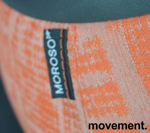 Loungemøbel, liten puff i oransjemønstret stoff med topp i sort skinn, Moroso Fjord, Design: Patricia Urquiola, pent brukt bilde 3