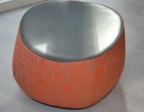 Loungemøbel, liten puff i oransjemønstret stoff med topp i sort skinn, Moroso Fjord, Design: Patricia Urquiola, pent brukt