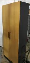 Høyskap / rekvisitaskap i sort / bøkefronter fra Martela, 5permhøyder, 205cm høyde, pent brukt