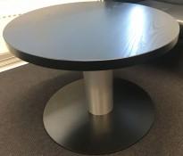 Lavt, rundt loungebord Ø=75cm H=53cm med sort bordplate og alugrått understell, pent brukt