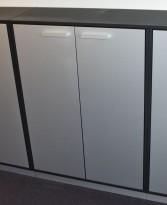 Ringpermreol / skap med dører i 3 permhøyder, sort skrog, sølvfargede dører, brukt med noe kosmetisk slitasje