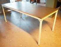 Skrivebord / kantinebord / lite møtebord i hvitlakkert stål / sortmalt kryssfiner, 170x80cm, pent brukt