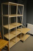 Bokhylle / butikkhylle i hvitlakkert stål / lakkert kryssfiner, industristil, bredde 147cm, høyde 177cm, pent brukt