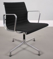 Charles & Ray Eames EA108 Conference Chair Aluminium Group Series fra Vitra i sort stoff / krom ramme, pent brukt