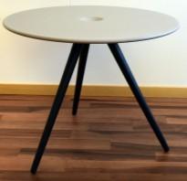 Rundt loungebord fra ForaForm, modell CUP, Lys grå, sorte ben, Ø=54,5cm, H=43,5cm, pent brukt