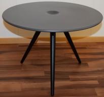 Rundt loungebord fra ForaForm, modell CUP, Mørk grå, sorte ben, Ø=54,5cm, H=39cm, pent brukt