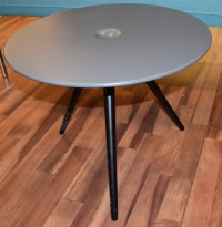 Rundt loungebord fra ForaForm, modell CUP, Mørk grå, sorte ben, Ø=54,5cm, H=43,5cm, pent brukt