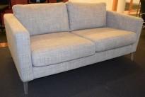 2-seter sofa fra IKEA, Karlstad i grått stoff / krom ben, bredde 165cm, pent brukt