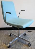 ForaForm Clint konferansestol på hjul med armlene i blåturkis stoff, understell i krom, pent brukt
