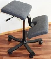 Varier Wing Balans ergonomisk knestol / kontorstol i lyst grått stoff, sort kryss, pent brukt