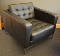 Skinnsofa/lenestol, 1seter, Karlstad fra Ikea, sort skinn, 90cm bredde, krom ben, pent brukt