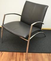 Loungestol i sort skinnlook / krom, bredde 63cm, dybde 90cm, pent brukt