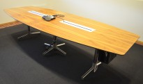 Møtebord fra ForaForm i valnøttfiner, 300x120cm, passer 10-12 personer, pent brukt