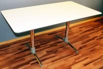 NEXT kompakt møtebord / kantinebord / skrivebord i hvitt, krom understell fra ForaForm, grå kantlist, 140x80cm, pent brukt