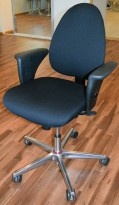 Savo Astarte kontorstol i sort stoff, armlener, understell i krom med rød ring, pent brukt