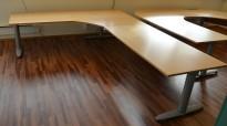 Kinnarps elektrisk hevsenk hjørneløsning skrivebord i bøk, 280x220cm, sving på venstre side, T-serie, pent brukt