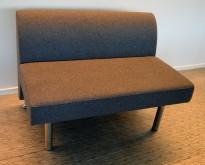 Sittebenk / sofa for kantine e.l i mørk grå ullfilt fra ForaForm, 2-seter, bredde 110cm, pent brukt