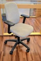Savo kontorstol i lys gråbeige, mod EOS2HL med armlener, pent brukt