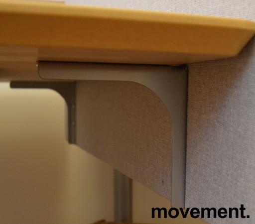 Bordskillevegg fra Edsbyn i lyst grått stoff, 90x65cm, pent brukt bilde 3