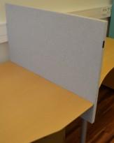 Bordskillevegg fra Edsbyn i lyst grått stoff, 90x65cm, pent brukt