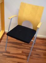 Konferansestol / møteromsstol fra Kinnarps, modell Yin i sort/bjerk, pent brukt