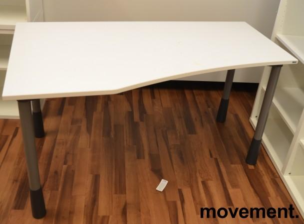 Kinnarps E-serie skrivebord i hvitt, 150x80cm, dybde 60cm på høyre side, pent brukt bilde 1