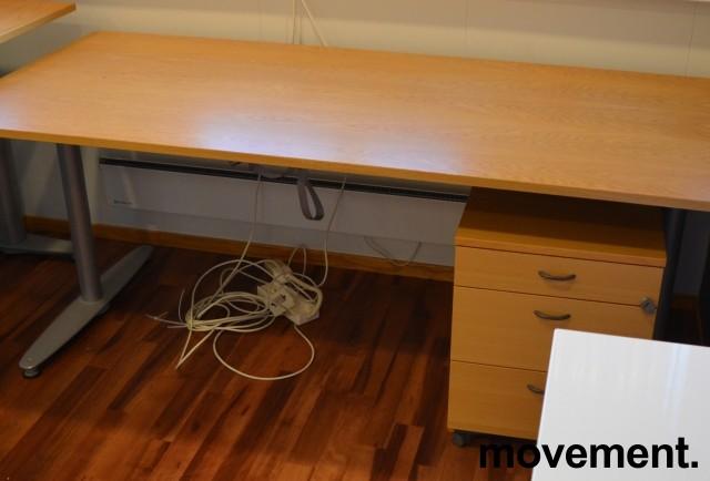 Kinnarps T-serie skrivebord i eik finer, 180x80cm, pent brukt bilde 2