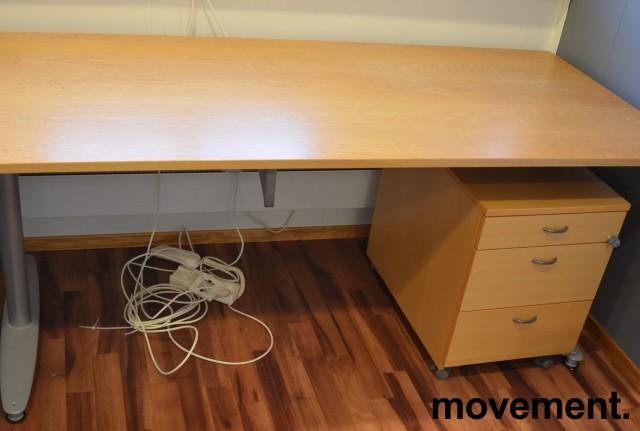 Kinnarps T-serie skrivebord i eik finer, 180x80cm, pent brukt bilde 1