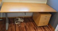 Kinnarps T-serie skrivebord i eik finer, 180x80cm, pent brukt