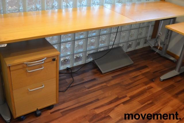 Kinnarps skrivebord med elektrisk hevsenk i eik, 260x60cm, pent brukt bilde 1