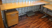 Kinnarps skrivebord med elektrisk hevsenk i eik, 260x60cm, pent brukt