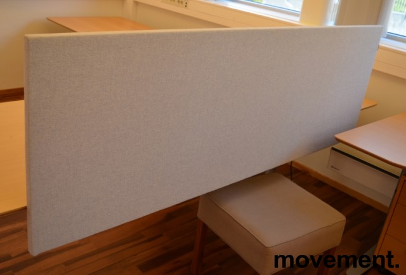 Bordskillevegg fra Edsbyn i lyst grått stoff, 180x65cm, pent brukt bilde 2
