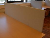 Bordskillevegg fra Edsbyn i lyst grått stoff, 180x65cm, pent brukt