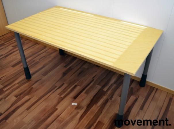 Kinnarps E-serie skrivebord i bjerk, 140x80cm, pent brukt
