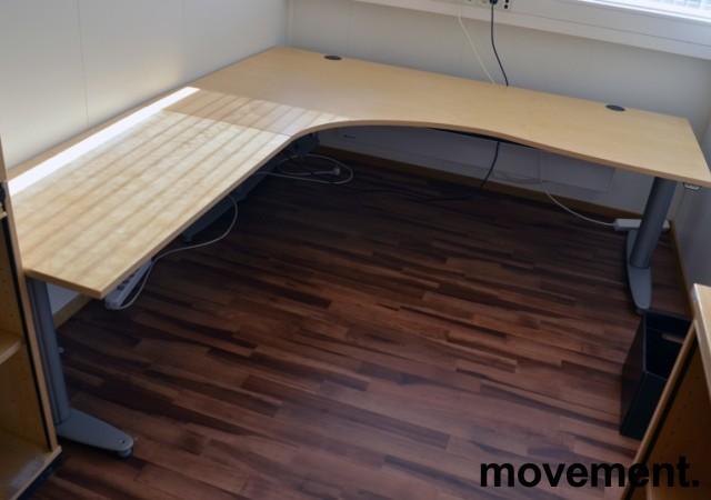 Kinnarps elektrisk hevsenk hjørneløsning skrivebord i bjerk, 200x220cm, sving på venstre side, T-serie, pent brukt bilde 1