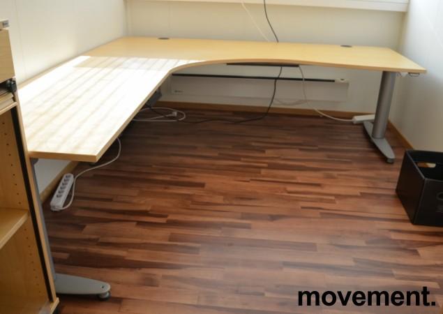 Kinnarps elektrisk hevsenk hjørneløsning skrivebord i bjerk, 200x220cm, sving på venstre side, T-serie, pent brukt bilde 2