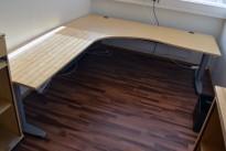Kinnarps elektrisk hevsenk hjørneløsning skrivebord i bjerk, 200x220cm, sving på venstre side, T-serie, pent brukt