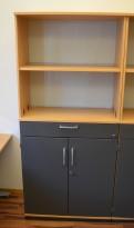 Kinnarps E-serie skap i bøk med dører i mørk grå, 4 permhøyder + skuff, bredde 80cm, høyde 176cm, pent brukt