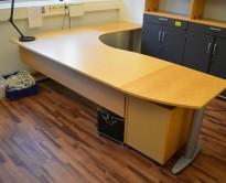 Kinnarps elektrisk hevsenk hjørneløsning skrivebord i bøk, 260x220cm, sving på høyre side, T-serie, pent brukt